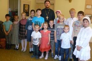 Батюшка с детьми воскресной школы